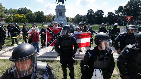 Полицейские во время акции протеста в Ричмонде, штат Вирджиния, США