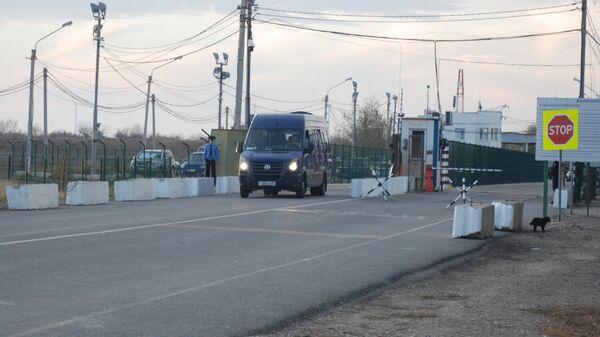 Автобус с моряками Норда покидает пункт пропуска Армянск. Архивное фото