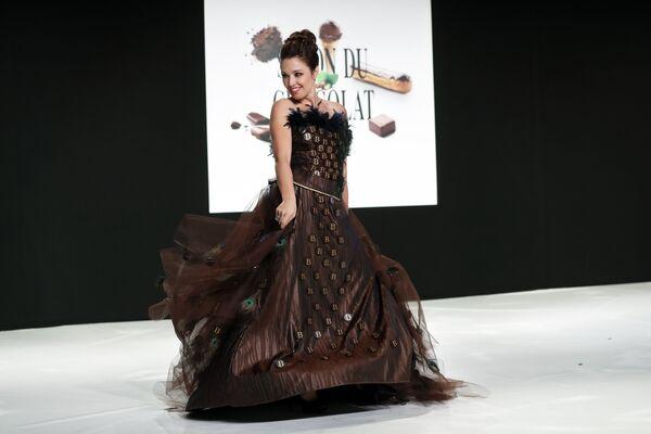 Канадская певица Наташа Сен-Пьер во время показа моды в рамках шоколадной ярмарки в Париже, Франция. 30 октября 2018 года