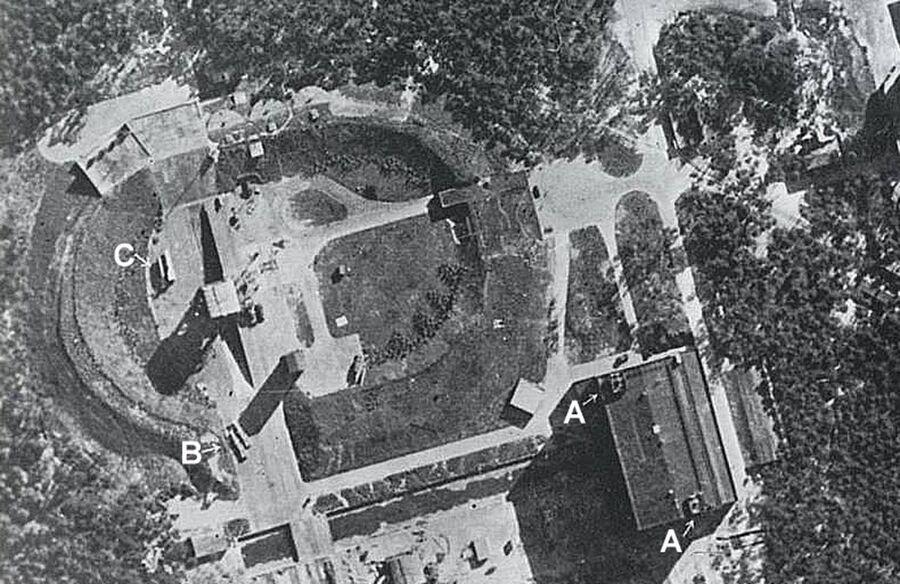 Снимок площадки полигона Пенемонде со стартовым столом и двумя Фау-2 в горизонтальном положении, 23 июня 1943