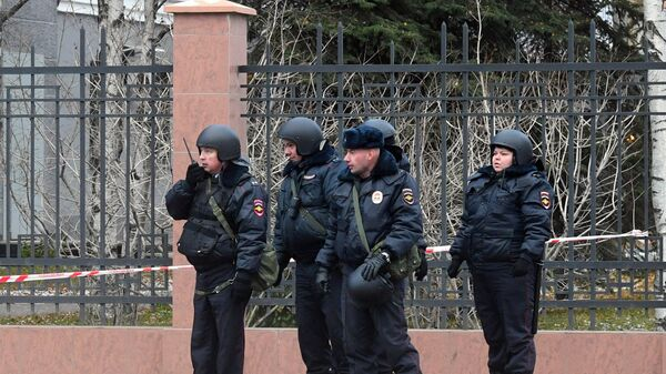 Сотрудники полиции у здания управления ФСБ по Архангельской области, где произошел взрыв