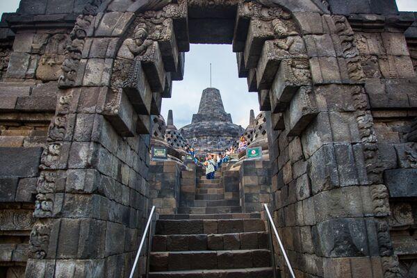 Туристы в Буддийском храмовом комплексе Борободур на острове Ява