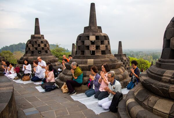 Паломники в Буддийском храмовом комплексе Борободур на острове Ява