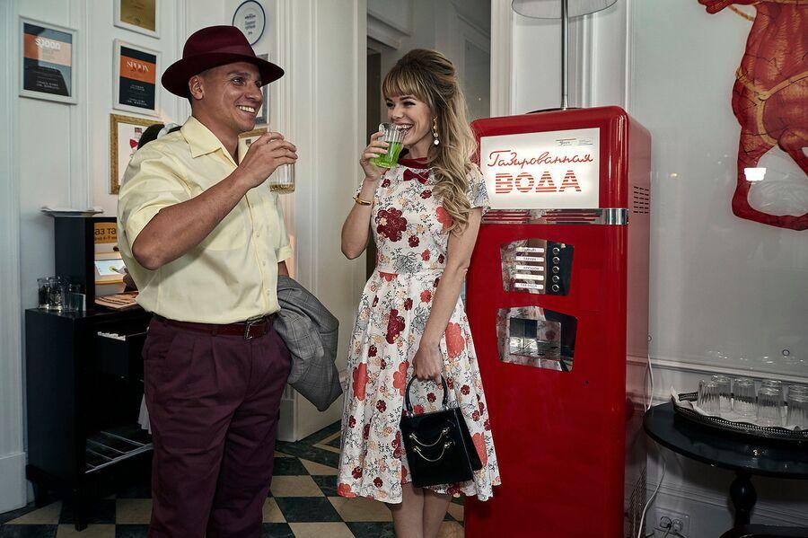 Пара у питьевого автомата, гостиница Националь, Москва