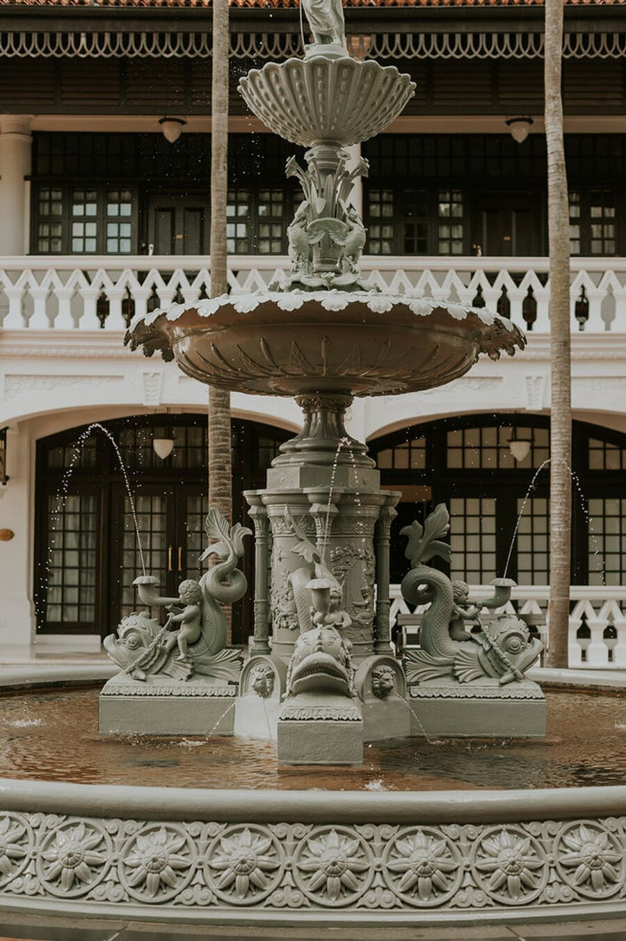Фонтан во дворе отеля Raffles Singapore