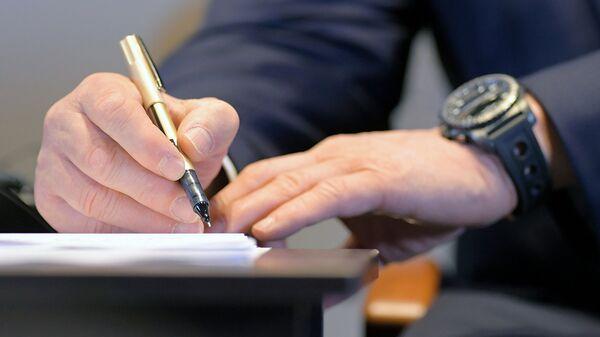 Заполнение бланка документа. Архивное фото