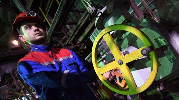 Рабочий в котельном цехе во время ремонтных работ на Владивостокской ТЭЦ-2