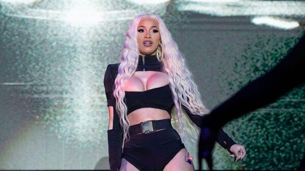 Американская хип-хоп-певица Карди Би во время выступления на музыкальном фестивале Mala Luna в США