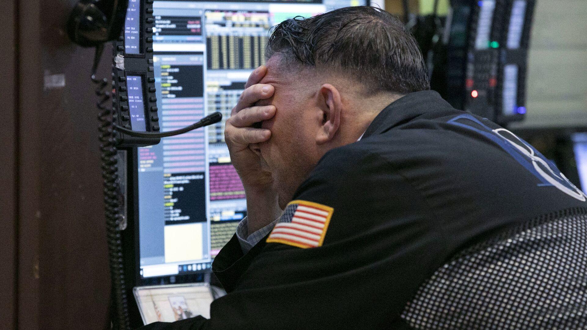 Трейдер на Нью-Йоркской фондовой бирже. 26 октября 2018 - РИА Новости, 1920, 29.01.2021