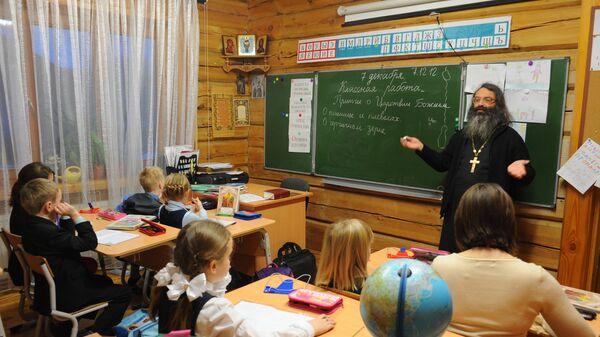 Ученики на уроке по Закону Божию в Троицкой Православной школе в Московской области