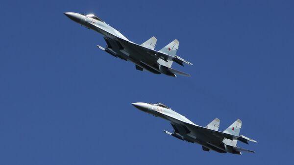 Многофункциональные истребители Су-35 во время тактических учений в Костромской области