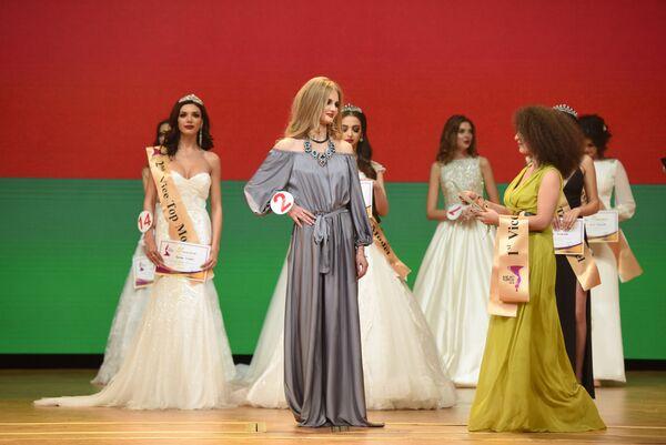 Первая вице-мисс конкурса красоты Топ-модель СНГ-2018 Анна Пономарева из Белоруссии (в центре) во время награждения