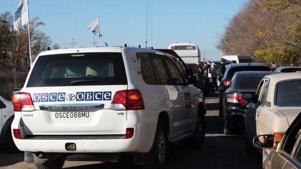 Представители наблюдательной миссии ОБСЕ на КПП Александровка в Донецкой области