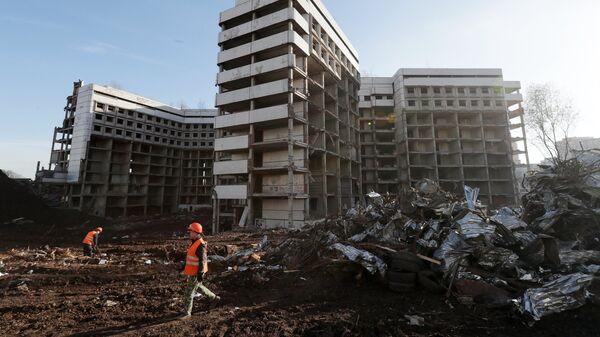 Снос недостроенного здания больницы на Клинской улице в Москве. 6 ноября 2018
