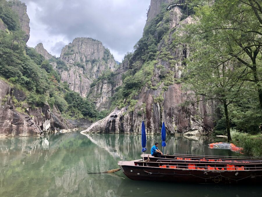 Лодочник в пейзажном районе Наньсицзян, Чжэцзян, Китай