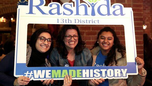 Американка палестинского происхождения Рашида Тлаиб (в центре) после окончания выборов