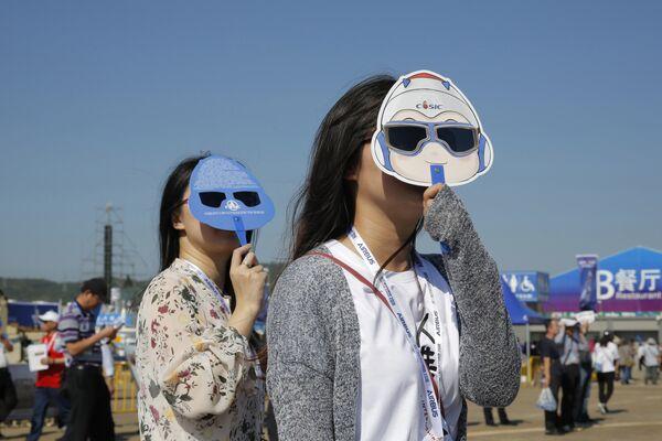 Посетители на Чжухайском авиасалоне