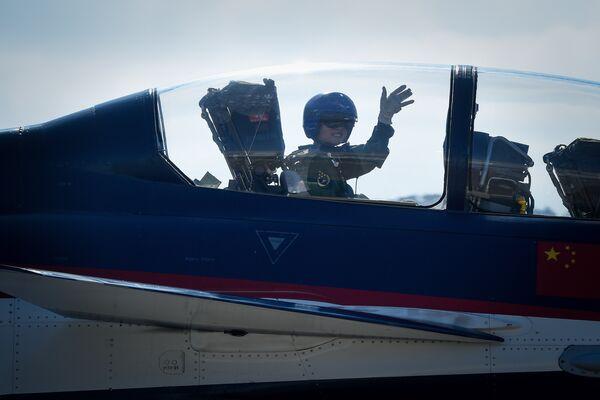 Пилот в кабине самолета на Чжухайском авиасалоне