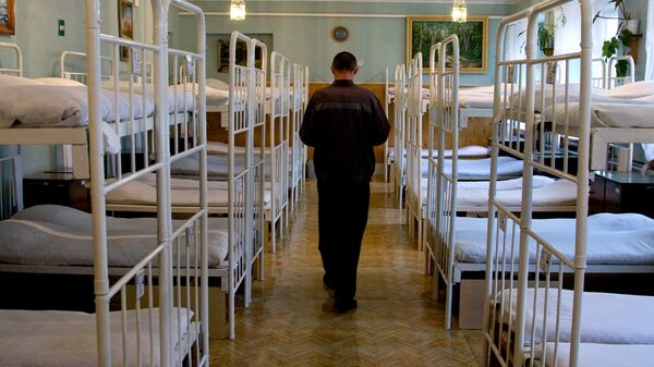 Заключенный в спальне исправительной колонии
