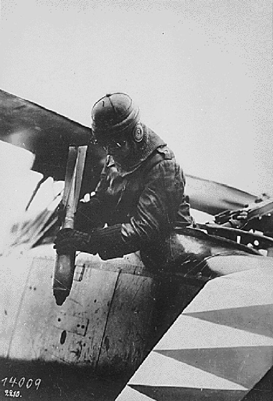 Так бомбили в Первую мировую. Германский авиатор бросает авиабомбу с самолета