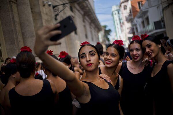 Танцоры фламенко фотографируются перед вытсуплением в Гаване