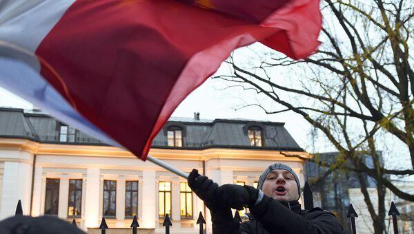 Молодой человек с флагом Польши. Архивное фото