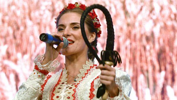 Участница фольклорного ансамбля Матрёна-Арт на фестивале творчества, посвященном Великому стоянию на реке Угре в 1480 году, в Калуге
