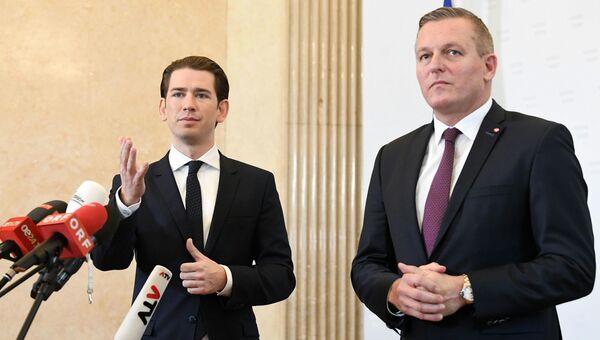 Канцлер Австрии Себастьян Курц и министр обороны Австрии Марио Кунасек во время пресс-конференции в Вене