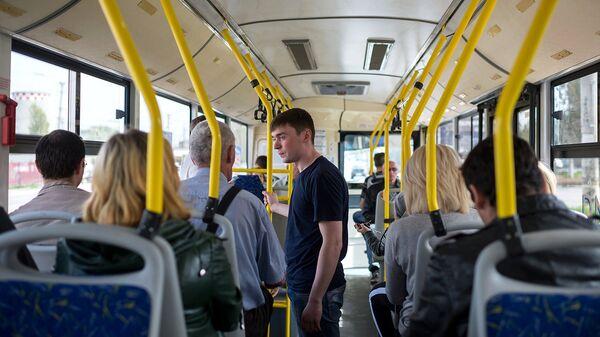 Пассажиры в салоне автобуса. Архивное фото
