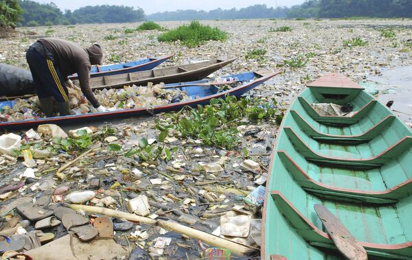Река Читарум в Индонезии