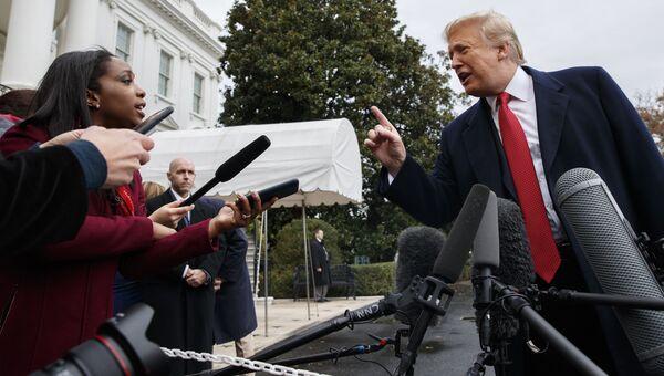 Президент США Дональд Трамп беседует с журналистами. Архивное фото