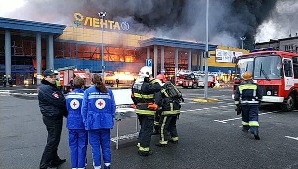 Сотрудники экстренных служб на месте пожара в гипермаркете Лента в Санкт-Петербурге. 10 ноября 2018
