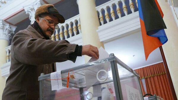 Мужчина голосует на выборах главы ДНР и депутатов Народного совета ДНР на избирательном участке в Донецке. 11 ноября 2018