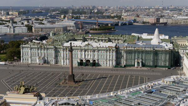 Вид на Дворцовую площадь и Государственный Эрмитаж в Санкт-Петербурге