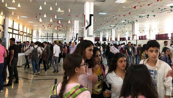 Сирийские студенты на образовательной выставке в государственном университете Тишрин в Латакии. Архивное фото