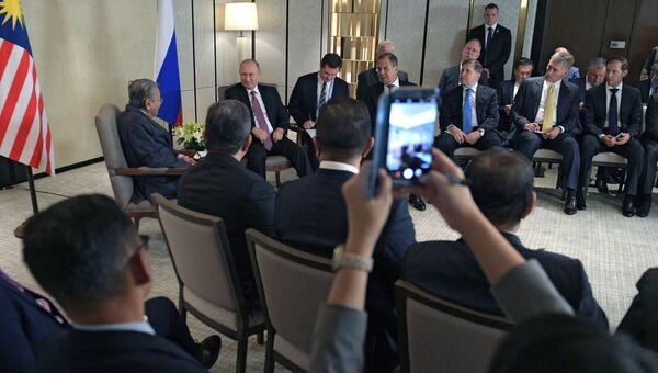 Президент РФ Владимир Путин и премьер-министр Малайзии Махатхир Мохамад во время встречи в Сингапуре