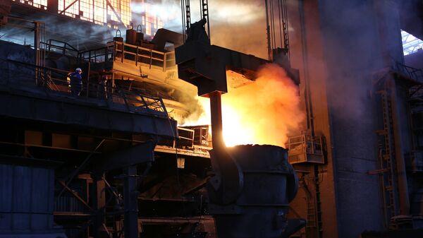 Рабочие в цехе доменной выплавки металла
