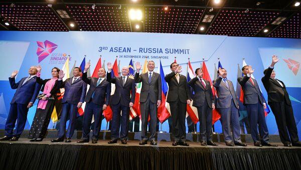 Президент РФ Владимир Путин во время совместного фотографирования глав делегаций государств-участников саммита Россия-АСЕАН в Сингапуре. 14 ноября 2018