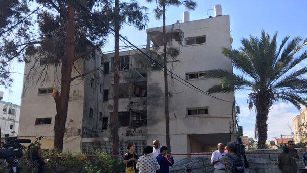 Последствия палестинского ракетного обстрела города Ашкелона на юге Израиля