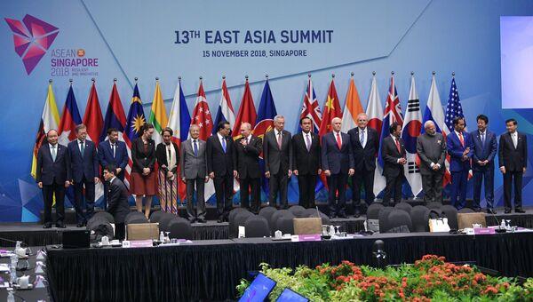 Президент РФ Владимир Путин перед началом совместного фотографирования глав делегаций государств-участников Восточноазиатского саммита в Сингапуре. 15 ноября 2018