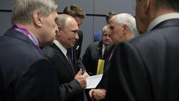 Президент РФ Владимир Путин и вице-президент США Майк Пенс общаются в кулуарах Восточноазиатского саммита в Сингапуре