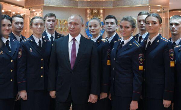 Президент РФ Владимир Путин фотографируется с курсантами во время посещения Московского университета МВД России имени В. Я. Кикотя