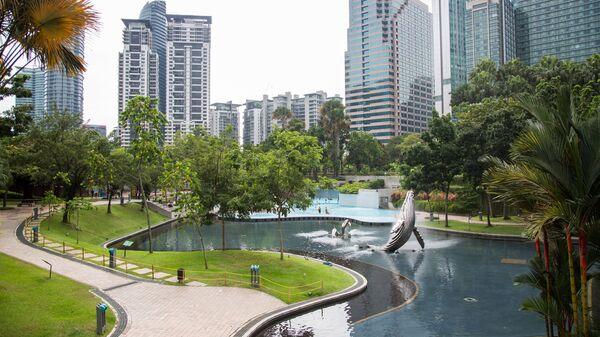 Скульптура выпрыгивающего из воды горбатого кита в центральном парке Куала-Лумпура (KLCC Park)