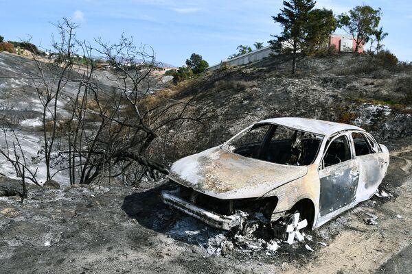 Автомобиль, сгоревший в результате лесных пожаров, в окрестностях города Малибу в штате Калифорния