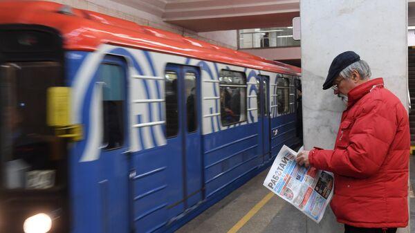 Мужчина на платформе станции метро Парк Культуры