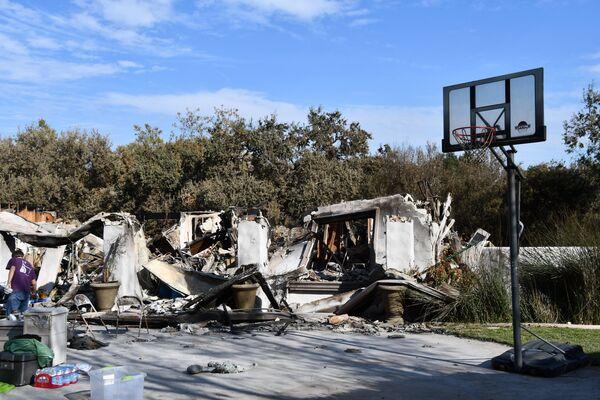 Баскетбольный щит у здания, сгоревшего в результате лесных пожаров в Калифорнии