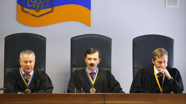 Судьи на заседании Оболонского районного суда Киева, где рассматривается дело о государственной измене экс-президента Украины Виктора Януковича.