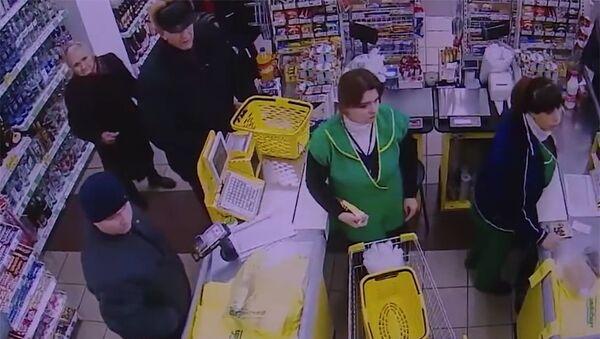 Скриншот видео с магазина, в котором преступник произвел кражу