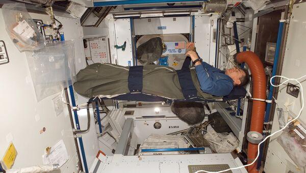 Астронавт ESA Паоло Несполи спит на борту МКС