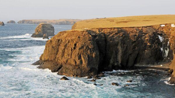 Берег острова Шикотан со стороны Южно-Курильского пролива. Архивное фото